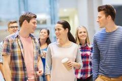 Groep glimlachende studenten met document koffiekoppen Stock Foto