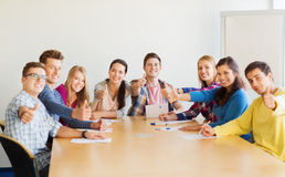Groep glimlachende studenten met hand op bovenkant Royalty-vrije Stock Foto