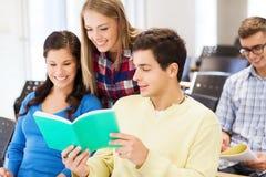 Groep glimlachende studenten met notitieboekjes Stock Afbeeldingen