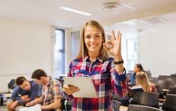Groep glimlachende studenten met tabletpc Royalty-vrije Stock Afbeeldingen