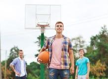 Groep glimlachende tieners die basketbal spelen Royalty-vrije Stock Fotografie