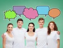 Groep glimlachende tieners met tekstbellen Stock Afbeelding