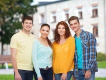 Groep glimlachende tieners over campusachtergrond Stock Afbeelding