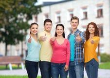 Groep glimlachende tieners over campusachtergrond Stock Foto