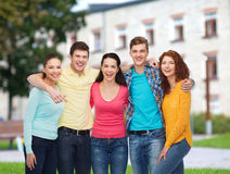 Groep glimlachende tieners over campusachtergrond Royalty-vrije Stock Afbeeldingen
