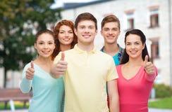 Groep glimlachende tieners over campusachtergrond Stock Fotografie