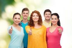 Groep glimlachende tieners over groene achtergrond Royalty-vrije Stock Foto's
