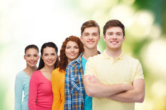 Groep glimlachende tieners over groene achtergrond Royalty-vrije Stock Foto