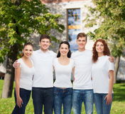 Groep glimlachende tieners in witte lege t-shirts Royalty-vrije Stock Afbeelding