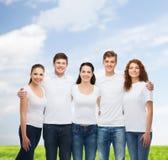 Groep glimlachende tieners in witte lege t-shirts Royalty-vrije Stock Fotografie