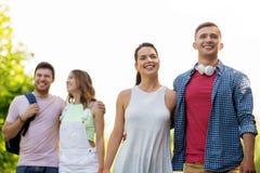 Groep glimlachende vrienden met rugzak wandeling royalty-vrije stock foto