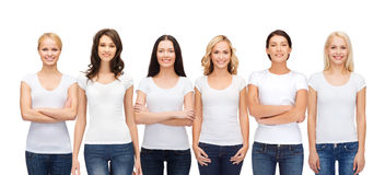 Groep glimlachende vrouwen in lege witte t-shirts royalty-vrije stock afbeeldingen