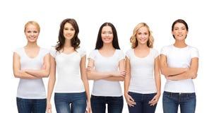 Groep glimlachende vrouwen in lege witte t-shirts stock fotografie