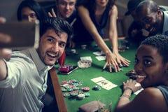 Groep gok in casino spelen en mensen die selfie nemen royalty-vrije stock foto