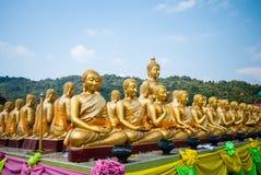 Groep Gouden Boedha bij het Herdenkingspark van Boedha, Nakorn nayok, Thailand Stock Foto's
