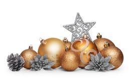 Groep gouden Kerstmisballen die op witte achtergrond wordt geïsoleerd Royalty-vrije Stock Foto's