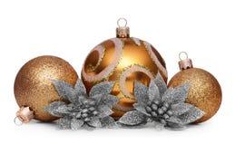 Groep gouden Kerstmisballen die op witte achtergrond wordt geïsoleerd Royalty-vrije Stock Fotografie