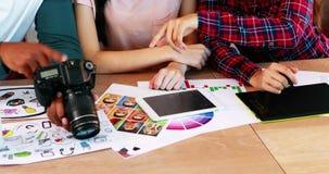 Groep grafische ontwerpers die bij bureau samenwerken