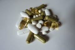 Groep groene, witte en gele pillen Royalty-vrije Stock Foto's