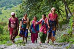 Groep Gurung-vrouwen in traditionele kostuums. Himalayagebergte, Nepal Stock Foto's