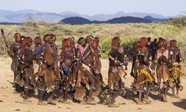 Groep Hamar-vrouwendans bij stieren springende ceremonie Turmi, Omo-Vallei, Ethiopië Stock Afbeelding