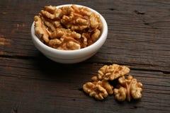 Groep heerlijke noten in een kom Stock Foto's