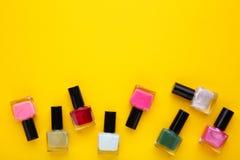 Groep heldere nagellakken op geel royalty-vrije stock fotografie