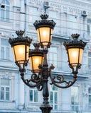 Groep heldere straatlantaarns op een kolom die een straat verlichten stock foto's