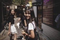 Groep het Aziatische tiener ontspannen op stadslevensstijl stock foto