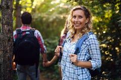 Groep het backpacking van wandelaars die voor bostrekking gaan Royalty-vrije Stock Fotografie