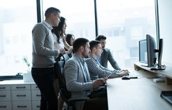 Groep het bedrijfsmensen en van softwareontwikkelaars werken stock fotografie