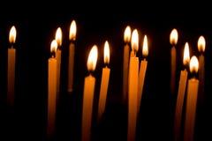 Groep het branden van kaarsen in dark stock fotografie