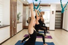 Groep het doen van de vrouw yogaoefeningen in gymnastiek Pasvorm en wellnesslevensstijl stock fotografie