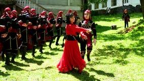 Groep het Georgische kinderen dansen stock videobeelden