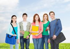 Groep het glimlachen studenten status Royalty-vrije Stock Afbeelding