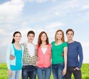 Groep het glimlachen studenten status Stock Afbeeldingen