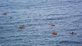 Groep het kyaking in het Adriatische overzees, Kroatië stock afbeelding