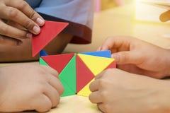 Groep het leren leert door kinderen Leer wiskunde door de vorm stock foto