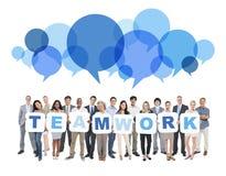Groep het Multi-etnische Groepswerk van de Bedrijfsmensenholding Stock Afbeeldingen