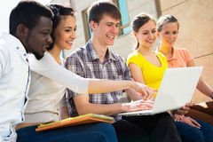 Groep het universitaire studenten bestuderen Stock Foto's