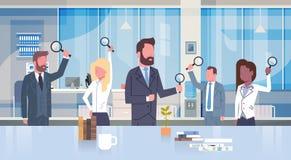 Groep het Vergrootglas die van de Bedrijfsmensenholding in Modern Bureauconcept Team Of Businessmen And Businesswomen werken royalty-vrije illustratie