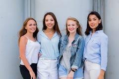 Groep het vrouwelijke studenten openlucht stellen samen en het bekijken camera royalty-vrije stock afbeeldingen