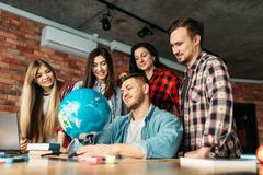 Groep hoge schoolstudenten die de bol bekijken stock fotografie