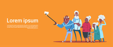 Groep Hogere Mensen die Selfie-Foto met Zelfstok Moderne Afrikaanse Amerikaanse Grootvader en Grootmoeder nemen stock illustratie