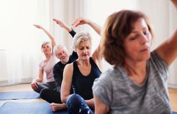 Groep hogere mensen die yogaoefening in communautaire centrumclub doen royalty-vrije stock foto