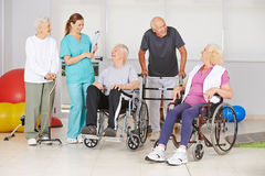 Groep hogere mensen met en zonder handicaps stock afbeelding