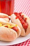 Groep hotdogs en drank stock afbeelding