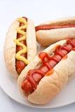 Groep hotdogs op een plaat stock foto