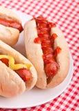 Groep hotdogs op een plaat stock afbeelding
