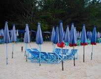 Groep houten ligstoel en paraplu op het strand Royalty-vrije Stock Afbeeldingen